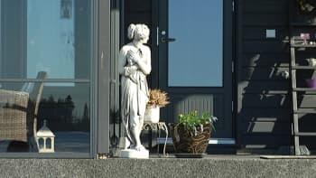 Kuva patsaasta mökin terassilla