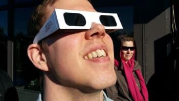 Mies katselee auringonpimennystä.