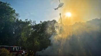 Helikopteri sammuttamassa metsäpaloa Kaliforniassa Yhdysvalloissa.