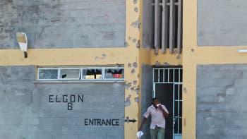 Luodinreikiä Garissan yliopiston seinässä. Kenia 3. huhtikuuta.