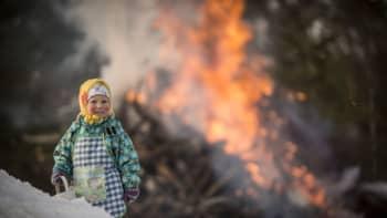 Pääsiäiskokko palaa pääsiäistapahtumassa Vetelin Pulkkisessa lankalauantaina 4. huhtikuuta 2015. Lankalauantai oli vanhojen uskomusten mukaan vuoden huonomaineisin ilta, jolloin pahat voimat olivat liikkeellä. Kokkoja poltettiin noitien ja pahojen henkien karkottamiseksi.