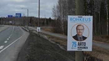 Kristillisdemokraattien Arto Kukkosen vaalimainos kiinnitettynä katuvalotolppaan.