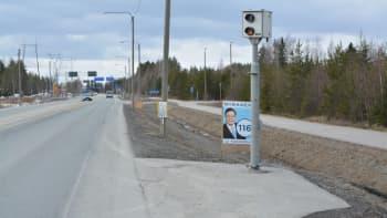 Kokoomuksen Pekka Niirasen vaalimainos tien reunassa.