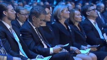 Veteraanipäivän pääjuhlassa Hämeenlinnassa eturivissä presidentti Sauli Niinistö ja rouva Jenni Haukio, vierustovereinaan Iisakki Kiemunki ja Sari Rautio Hämeenlinnasta