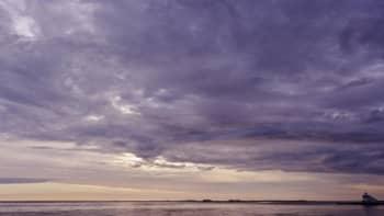 Violetteja pilviä taivaalla