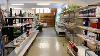 Kuvassa näkymä kaupasta. Käytävä hyllyjen välissä