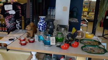 Kuvassa myytävänä olevaa lasi- ja posliinitavaraa.