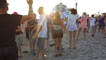 Weekend Baltic -festivaalialue on Pärnun rannalla. Kuvassa juhlivia ihmisiä.