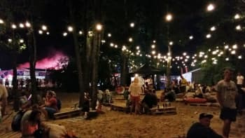Pärnun festivaalialue on koristeltu valoin.