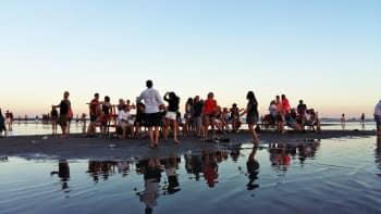 Weekend Baltic -festivaaleilla yleisö tanssi myös meressä.