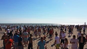 Pärnun ranta on täynnä ihmisiä auringonpaisteessa.