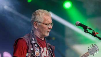 Pertti Kurikka kitaran varressa Simerockissa elokuussa 2015.