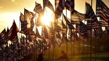 Satoja yhdysvaltojen lippuja.