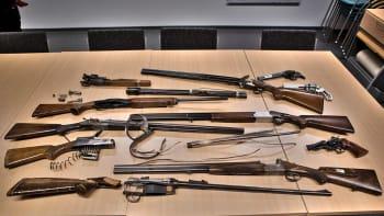 Poliisin arpajais- ja asehallinnon tallettamia vaurioituneita aseita ja niiden osia.