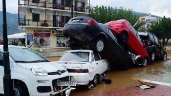 Kasautuneita ajoneuvoja Skopeloksen saaressa Kreikassa, 23 syyskuuta. Alkuviikon rankkasateet aiheuttivat tuhoja Skopeloksessa ja Rhodoksella.