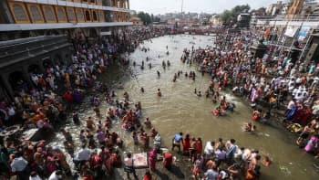 Intian Sadhut eli pyhät miehet ja uskovaiset kylpevät Kumbh Mela festivaalin aikana.