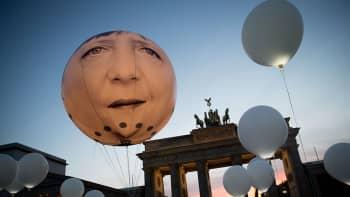 Ilmapallo jossa Merkelin kuva.