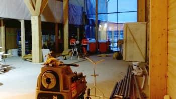Hirsitalon rakenteissa luonnonvalolle on annettu tärkeä sija.