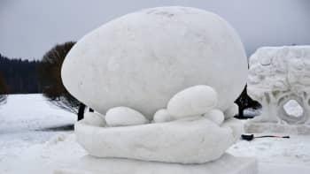Team Snowflake Tohmajärveltä veisti teoksen Maan synty.
