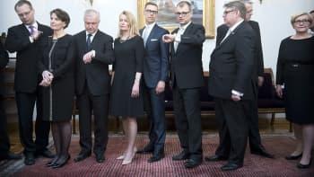 Helsinki, Smolna, Valtioneuvoston juhlahuoneisto, 29. toukokuuta 2015. Pääministeri Juha Sipilän hallitus on muodostunut. Ryhmäkuvauksen jälkeen Sipilä tarkistaa rannekellostaan, riittääkö aikaa.