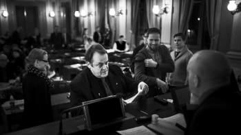 Kuvasarjassa vasta erotettu Starczewskiperustaa Rehobot -valtuustoryhmän Janne Höltän ja Markku Salosen kanssa ja luovuttaa ilmoituksen valtuuston puheenjohtajalle Pauli Partaselle.