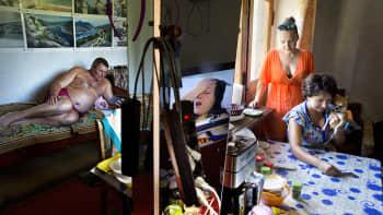 Ukraina, heinäkuu 2014. Perhe paossa Ukrainan Slovjanskin pommituksia parantolassa Svjatohirskissa. Kuvajournalisti 2015. Markus Jokela