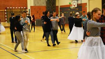 Lukiolaisia harjoittelemassa vanhojen tansseja.