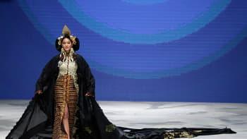 Vaatesuunnittelija Tjok Abi duringin suunnittelema vaate Jakartan muotiviikolla Indonesiassa 12 maaliskuuta.