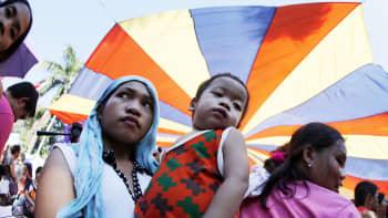 Filippiineillä äidit marssivat sukupuolisen tasa-arvon puolesta kansainvälisenä naistenpäivänä Manilassa.