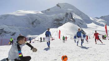 Jalkapallojoukkueet vuoristokylistä Italiasta (FC Piedimulera) ja Sveitsistä (FC Gspon) ottelivat  Saas-Feessä 3500 metrin korkeudessa.