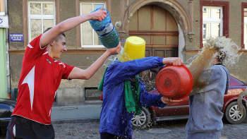 Pojat ja nuoret miehet kaatoivat toistensa päälle vettä pulloista ja ämpäreistä pääsiäismaanantaina Szczecinissä, Puolassa.