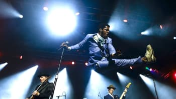 Vintage Trouble -yhtyeen solisti Ty Taylor esintyy vauhdikkaasti lavalla.
