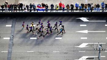 Juoksijoita Rotterdamin markkinoilla.