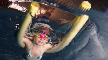 Pikkutyttö harjoitteli uimista Ukrainan Kiovassa.