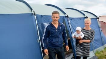 9-lapsinen Tapio ja Vuokko Hatulan perhe telttailee suviseuroissa. Sylissä 3 kk ikäinen Isla.