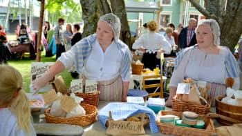 Siskosten herkkupuoti Laura Kvist. (vas) ja Johanna Talvensaari Peräpohjolan markkinat