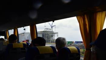 Yaran rakenteilla oleva rikastushiekan käsittelylaitos kuvattanu bussin ikkunasta.
