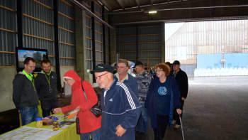 Ihmisiä lannoiteterminaalissa Yaran avoimien ovien päivässä