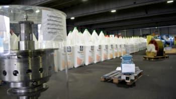 Lannoitesäkkejä ja laitteita Yaran lannoiteterminaalissa Siilinjärvellä.