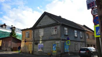 Seinämaalauksia vanhassa talossa