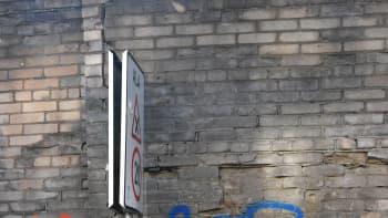 Seinämaalaus, jossa miehellä kaasunaamari