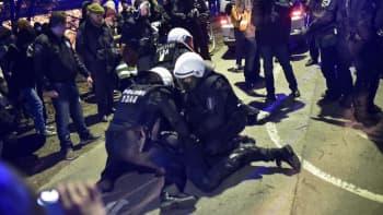 Poliisi pidättää mielenosoittajia Helsingin Kaisaniemessä.