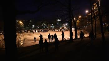 Poliiseja ja mielenosoittajia.