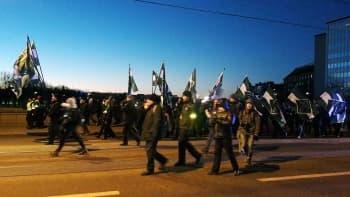Mielenosoittajat ylittävät Pitkänsillan Hakaniemessä.