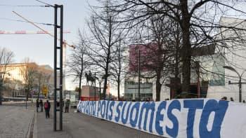 Iso banderolli EU valtaan vastaan.