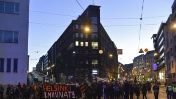 Natsien vastainen mielenosoitus itsenäisyyspäivänä.