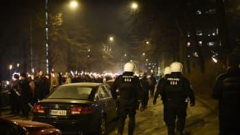 Mielenosoittajia ja poliiseja Töölössä.