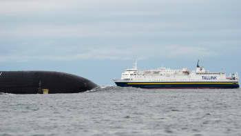 Ydinsukellusvene Dimitri Donskoi matkasi venäläissaattueessa Helsingin edustalla kansainvälisellä merialueella maanantaina klo 15.00. Taustalla Tallinkin Sea Wind risteävällä reitillä.