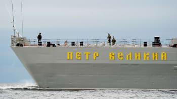 Ydinsukellusvene Dimitri Donskoi matkasi venäläissaattueessa Helsingin edustalla kansainvälisellä merialueella maanantaina klo 15.00. Saattoaluksessa, takakannella olivat vartiomiehet valmiina.