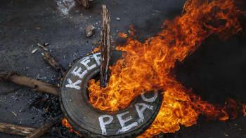 Oppositioehdokkaan Raila Odingan kannattajat polttivat renkaan Kiberan slummissa Keniassa 10. elokuuta.